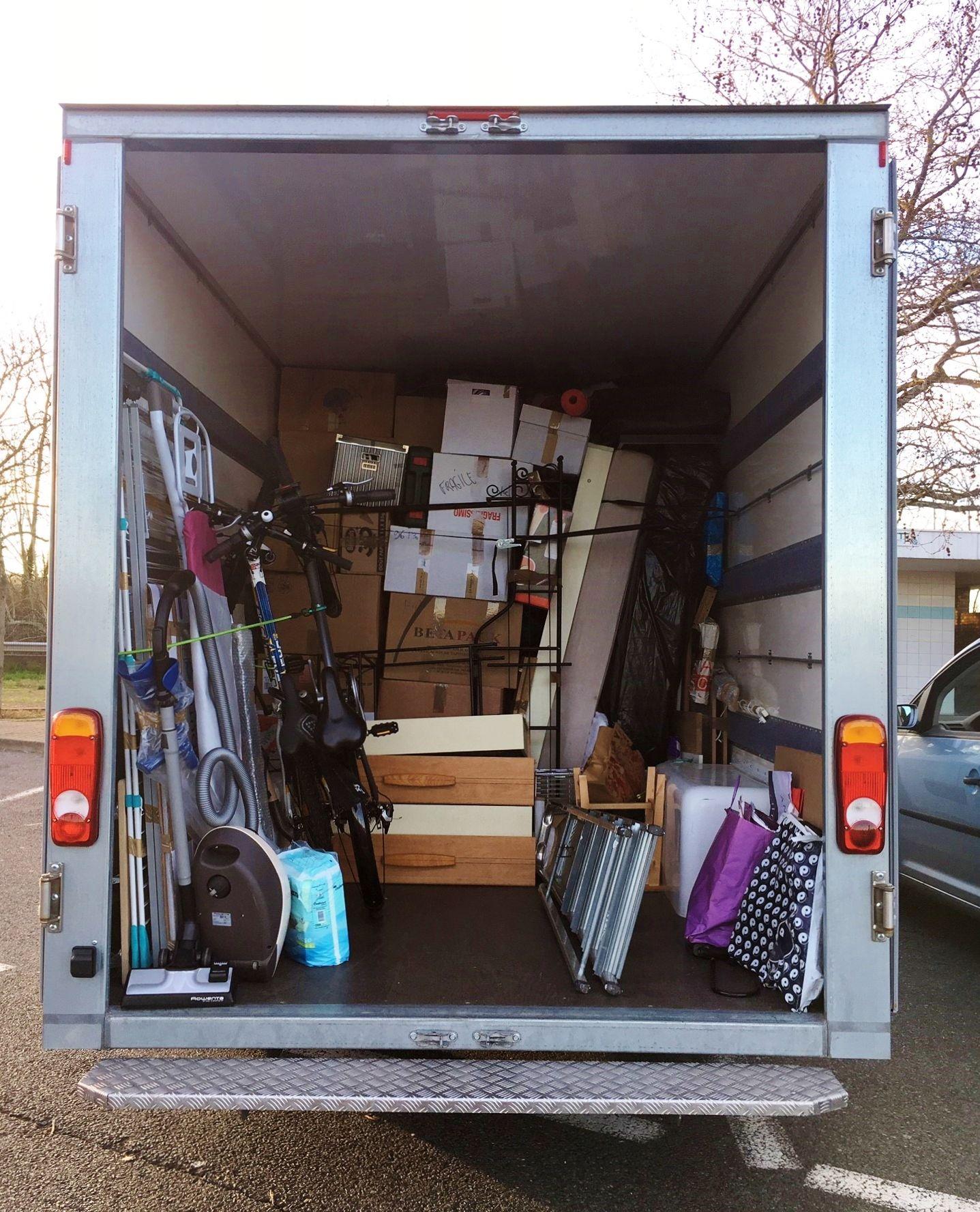 camion de déménagement en partie vidé