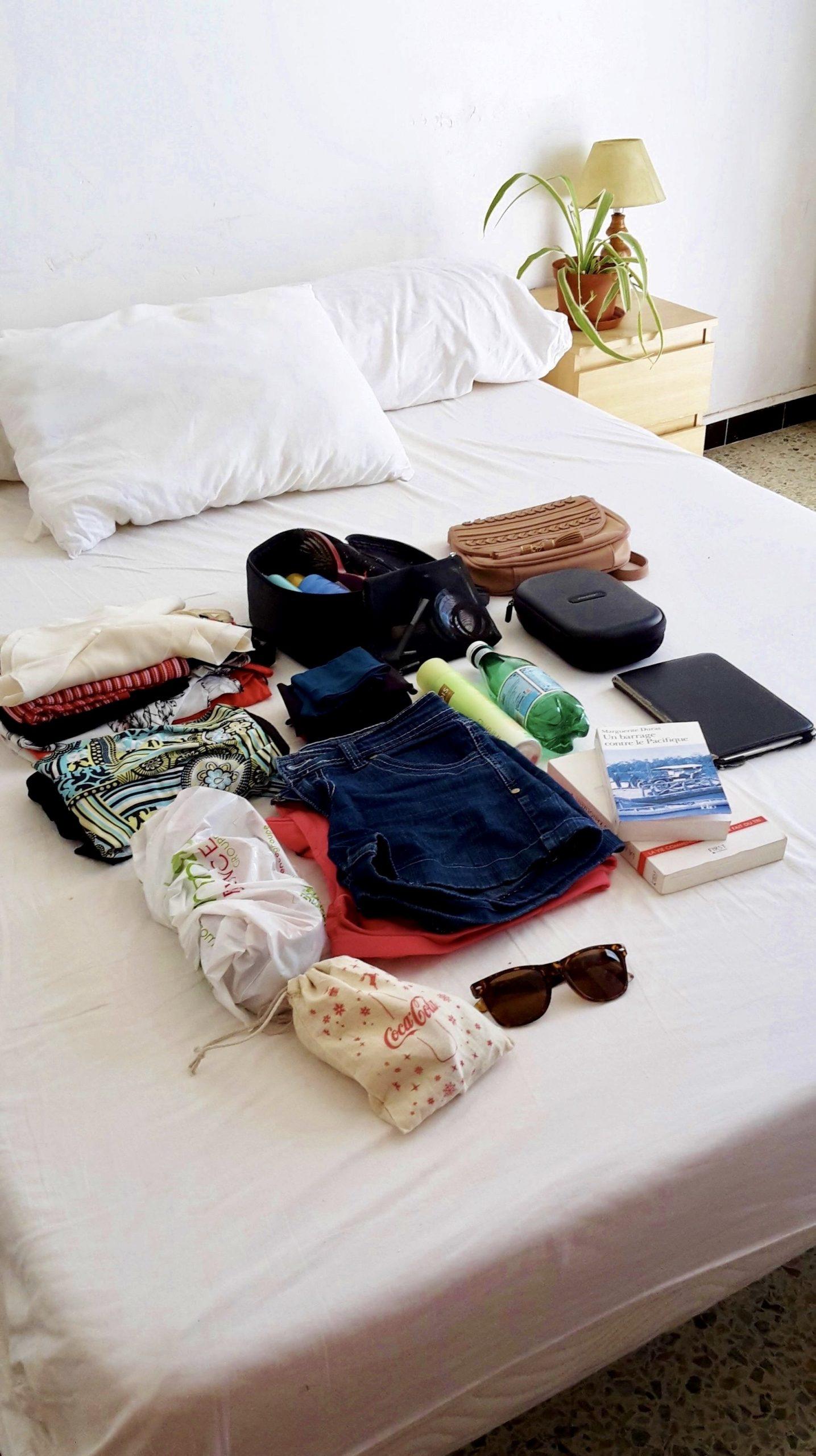 contenu de la valise sur le lit