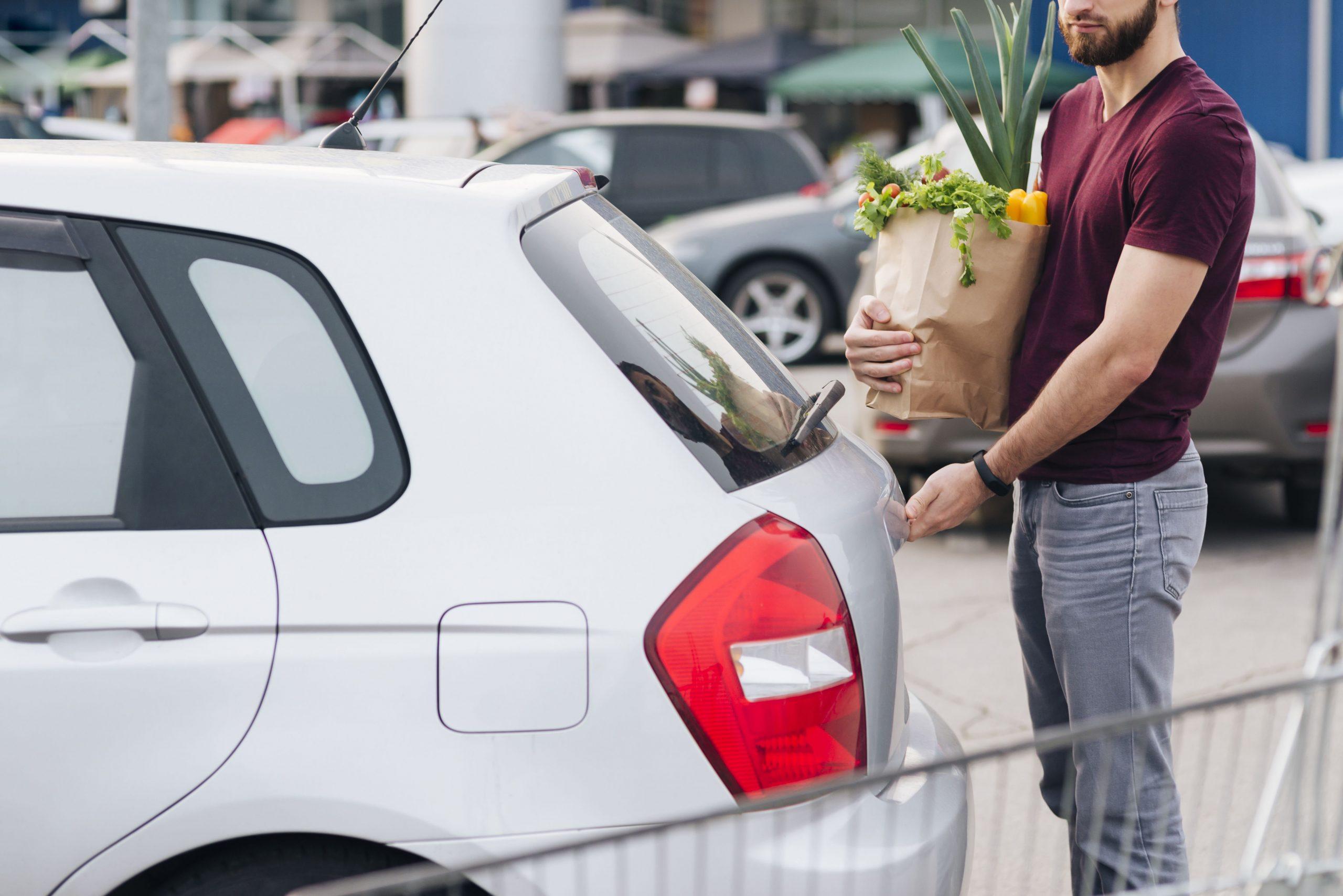 homme faisant des courses en voiture